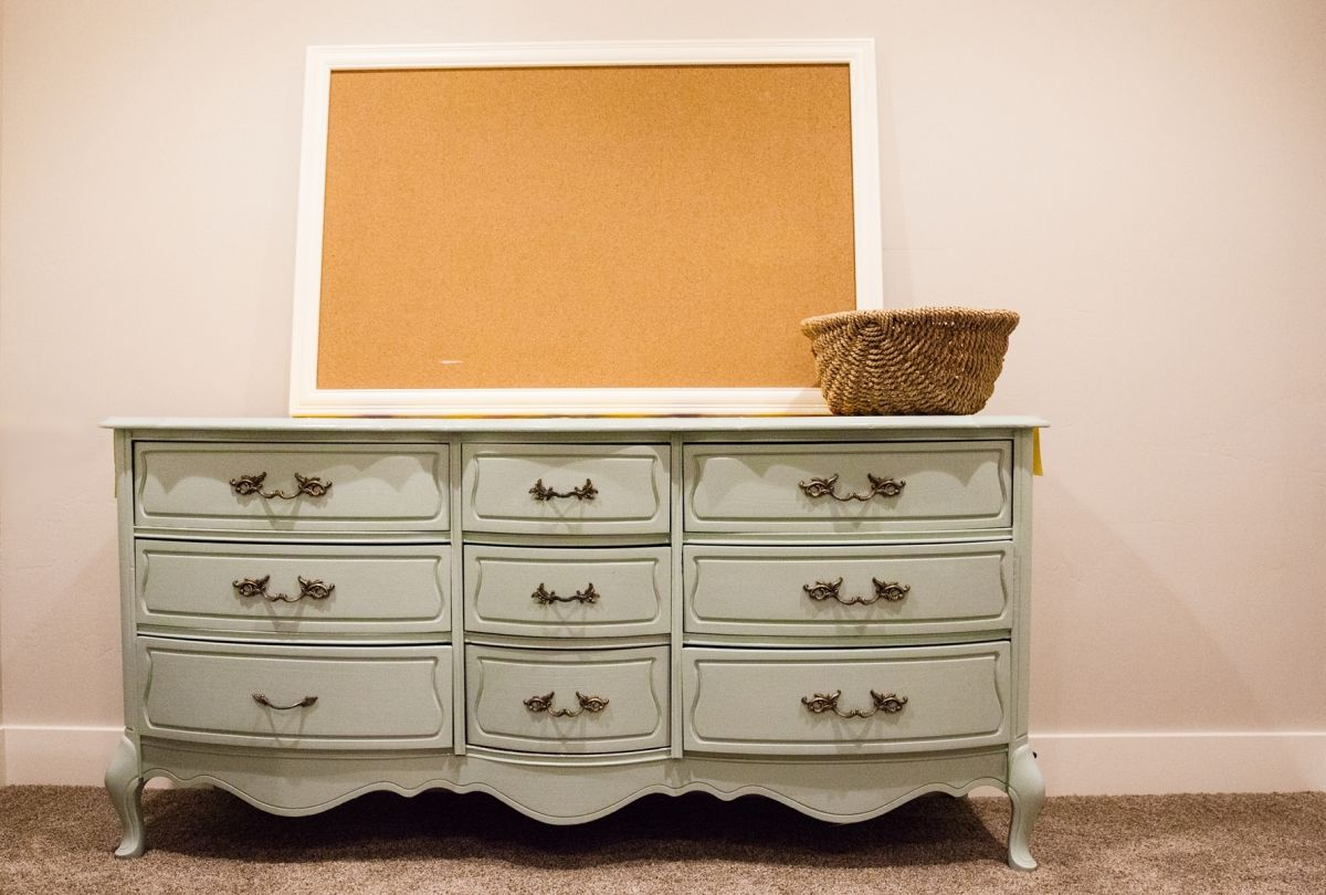 How to decorate a bedroom - dresser