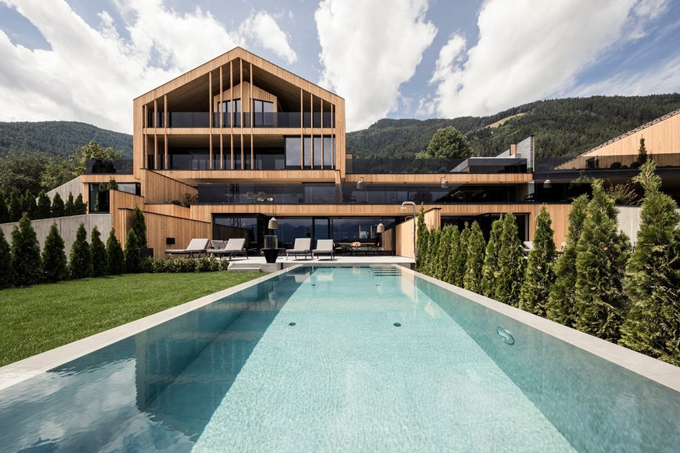 The main palette of materials and finishes used throughout allows the chalet to blend into the landscape
