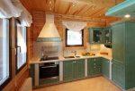 Фото дизайн кухни из вагонки: отделка в интрьере деревянного частного дома, примеры обшитой панелями комнаты, отделанный вагонкой фартук